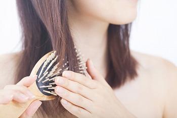 抜け毛が多くなった? 女性が40代から薄毛に悩む理由