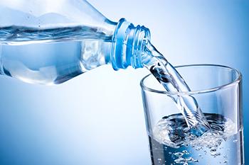 朝にコップ1杯の水を飲んでキレイになりましょう !