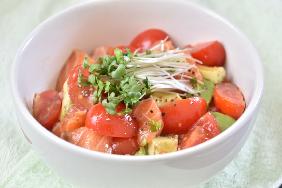 健康レシピ 4 アボカドとサーモンのナッツごはん丼
